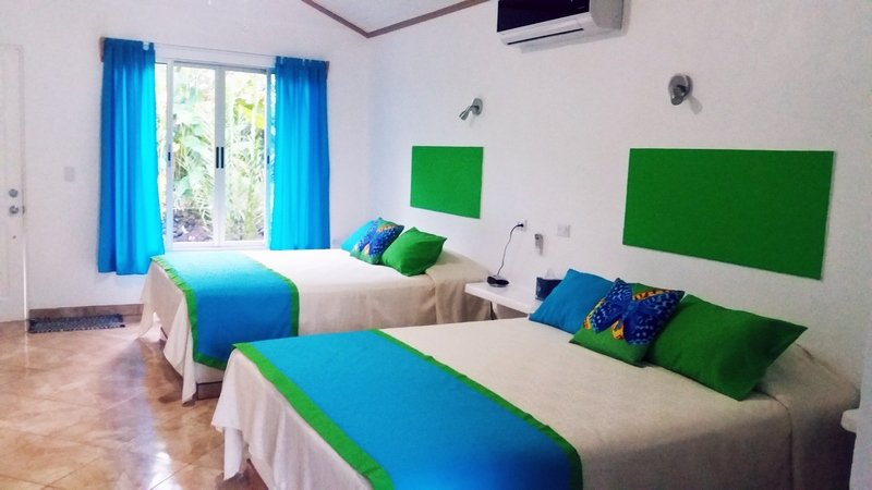Tropical Paradise: Double Queen Bed Bungalow 1 – semesterbostad i Aguas Zarcas