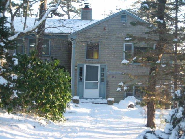 Framsidan av huset på vintern.