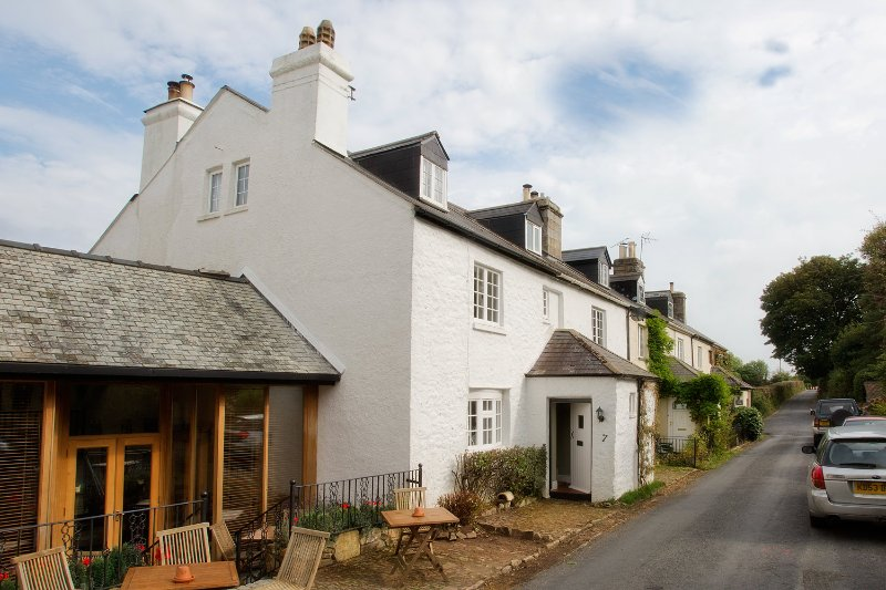 Lovely Character Dartmoor Cottage Just Below the Famous Haytor Rocks, vacation rental in Bovey Tracey