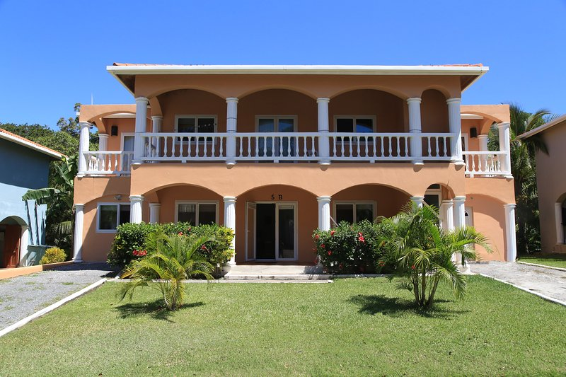 2BR/2BA Villa 5B, FREE BREAKFAST & SNORKEL by Splash Inn, vacation rental in West End