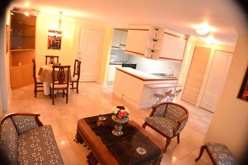 SUITE DE LUJOP COMPLETAMENTE AMOBLADA EN EDIFICIO CON PISCINA, vacation rental in Quito