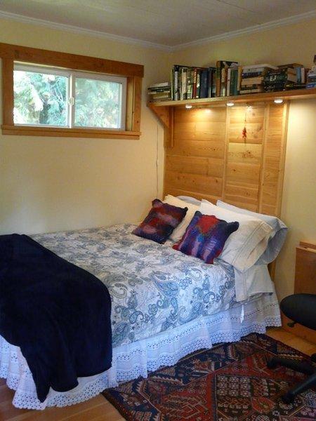 cama de matrimonio con construido en la cabecera y luz de lectura