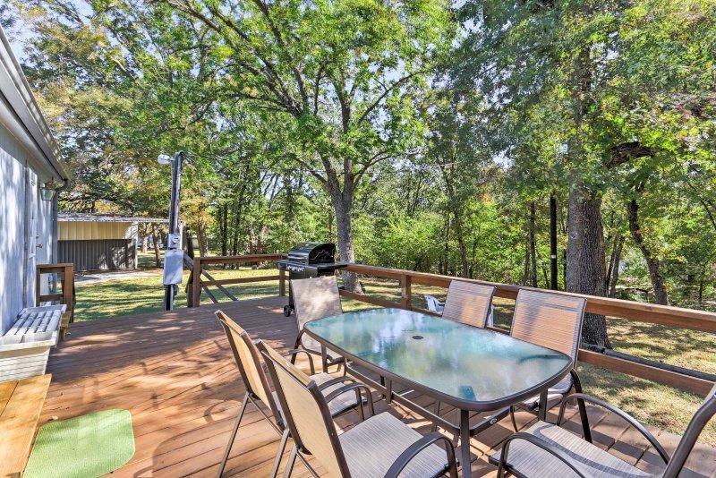 Ontspan buiten in de ruime achtertuin met een gas grill en patio.