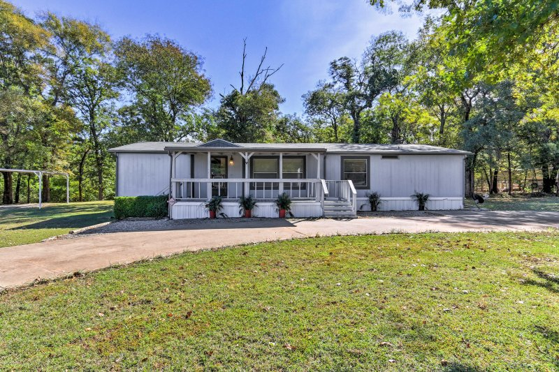 This cozy home is located just 1 mile from Mill Creek Marina on Lake Texoma!