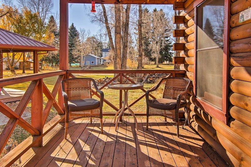 Disfrutar de un café de la mañana en el porche cubierto.