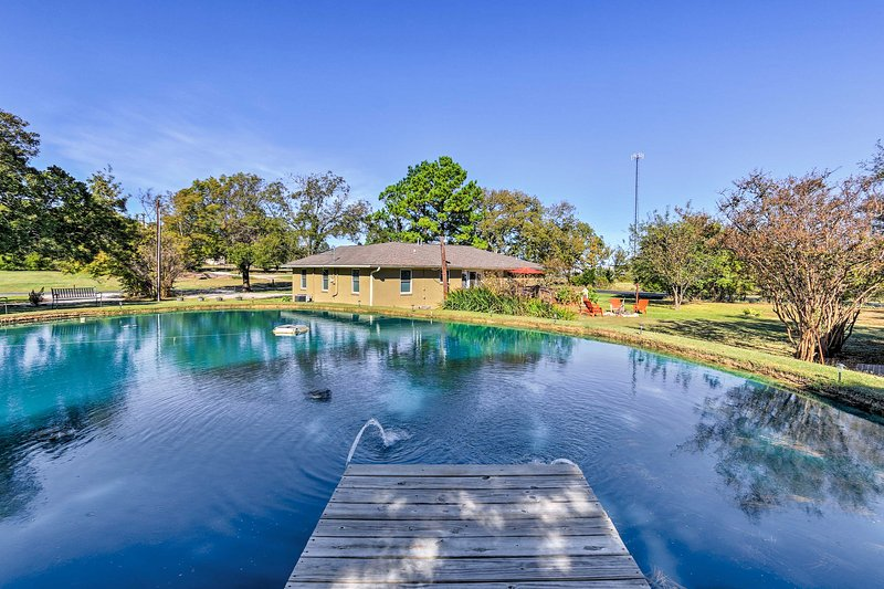 Pottsboro Home on 2 Acres w/Jacuzzi, Near Marina!, alquiler vacacional en Gordonville
