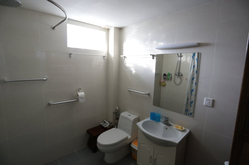 Bad im Obergeschoss zwei Zimmer geteilt.
