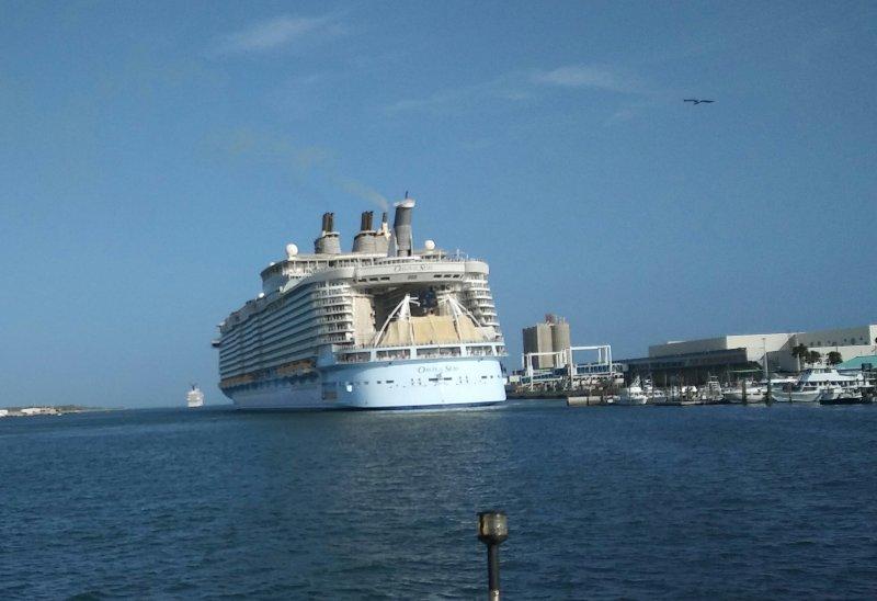 Navios de cruzeiro que partem nas proximidades Port Canaveral.