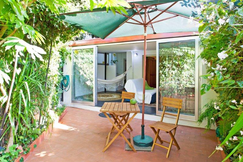 Quiet flat 2 rooms with private garden, location de vacances à Maia