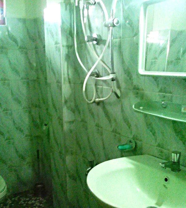 Cuarto de baño con agua caliente máquina de afeitar