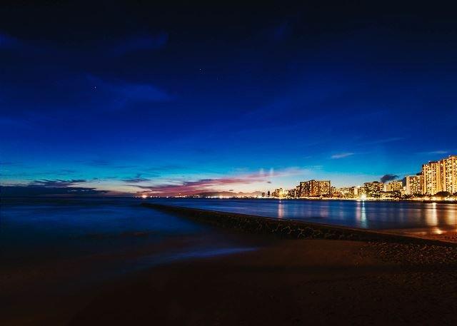 Ver la noche de la playa de Waikiki