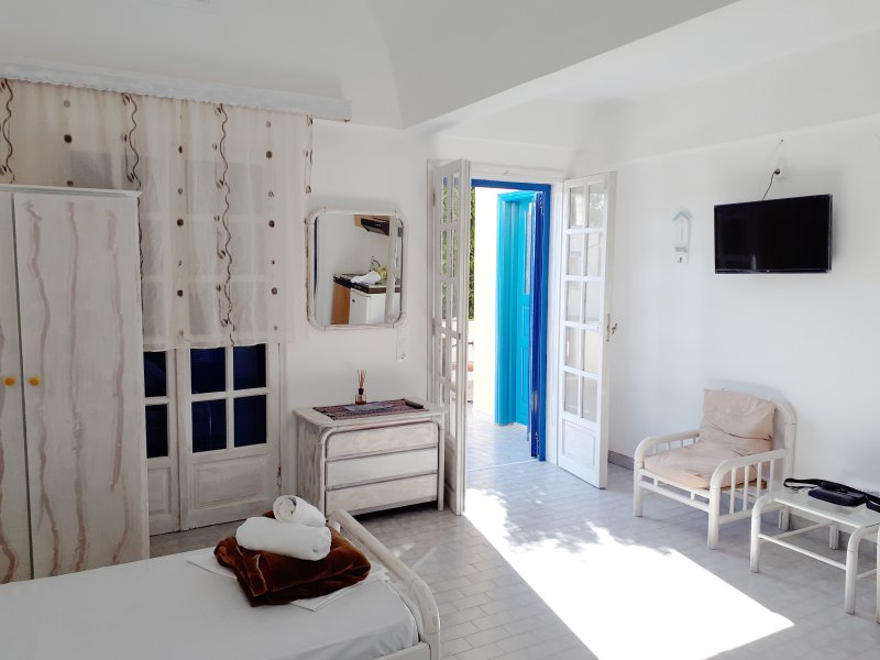 Apartment with private balcony near the Black Beach, vacation rental in Perissa