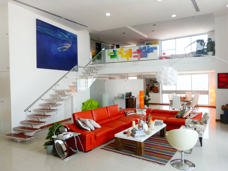 Arty duplex loft, stunning views, great location, aluguéis de temporada em Dubai