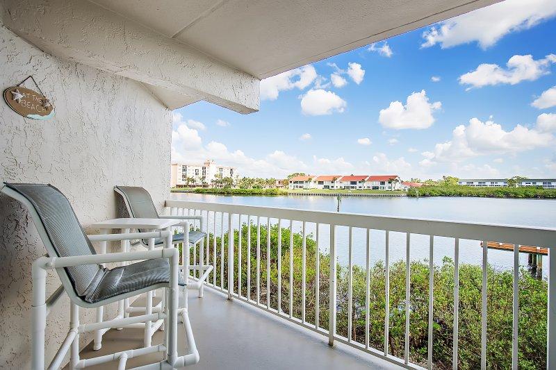 Zitten op deze fantastische balkon en kijk naar de zonsopgang en de wind waait