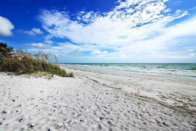 Geweldig Indiaas Shores Beach aan de overkant van de smalle tweebaansweg