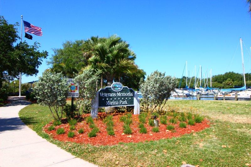 Gå till parken och marinan med piren i Tampa Bay