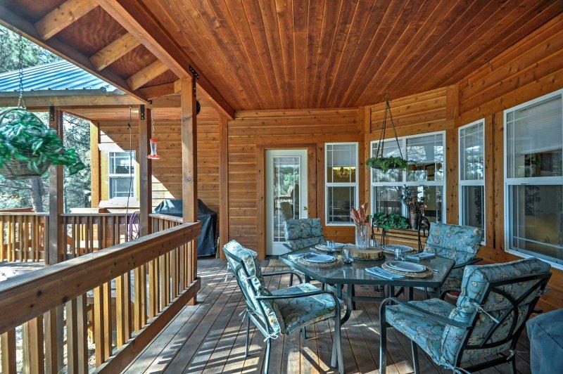Passez du temps de famille de qualité sur la grande terrasse couverte.