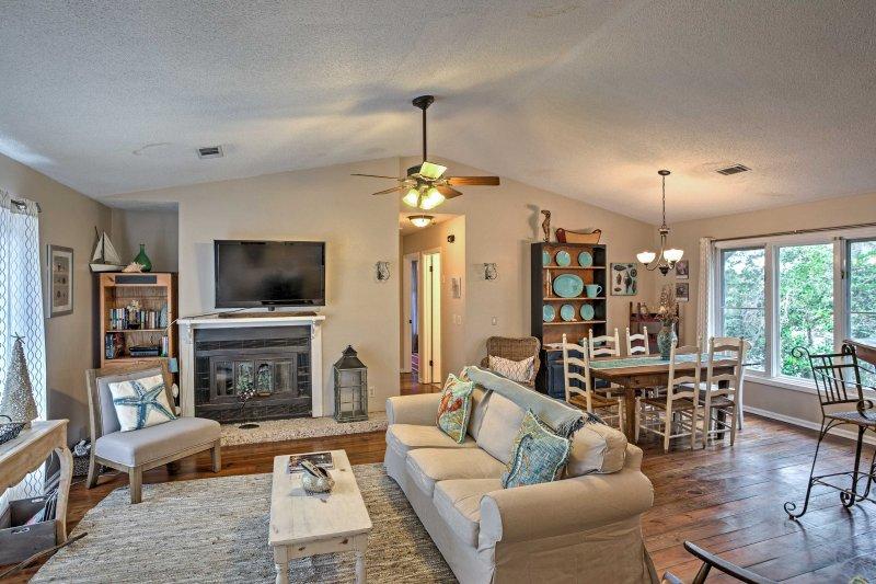 Esta habitación luminosa y abierta fomenta un ambiente tranquilo y sereno.