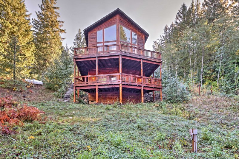 'Grizzly Tower' Packwood Cabin w/ Forest Views!, holiday rental in Packwood