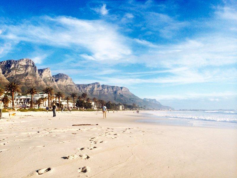 La mundialmente conocida playa de arena blanca de Camps Bay está a pocos pasos de distancia