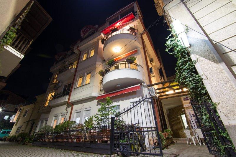 Guest House Urbana de noite - a entrada