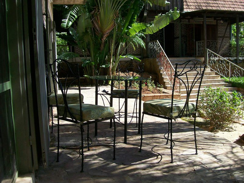 La terraza con acceso a la piscina y el jardín