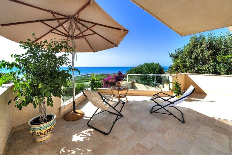 Villa CalaCuticchi, Sea front, just 10 meters walk, holiday rental in Scicli