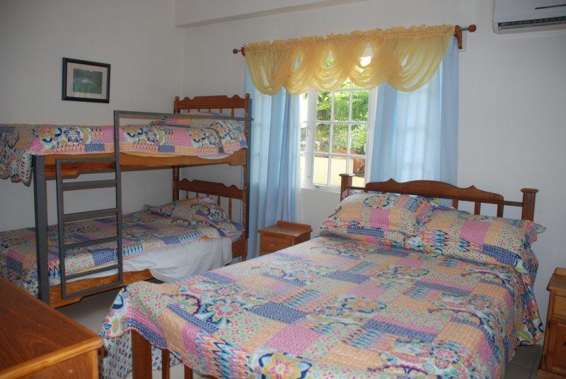 dwonstairs dormitorio familia