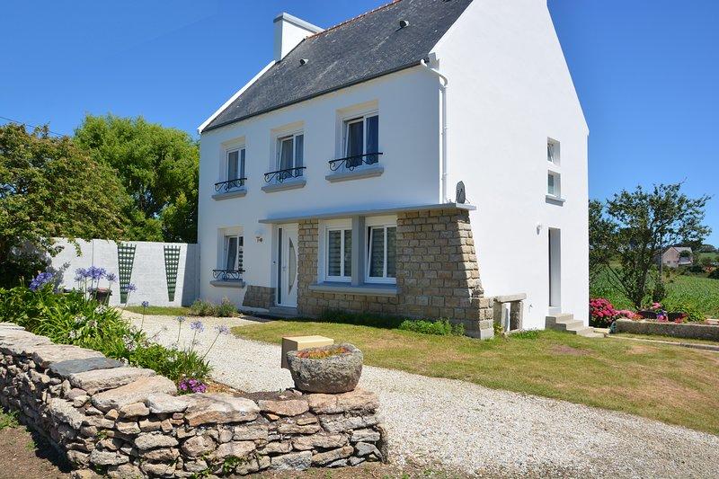 Grande Maison 5 chambres en pierre 3* à 1,8km de Pors-Poulhan, vacation rental in Cleden-Cap-Sizun