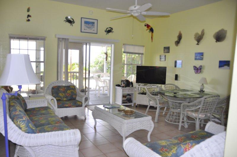 Sala de estar com uma excelente vista do mar do Caribe ..