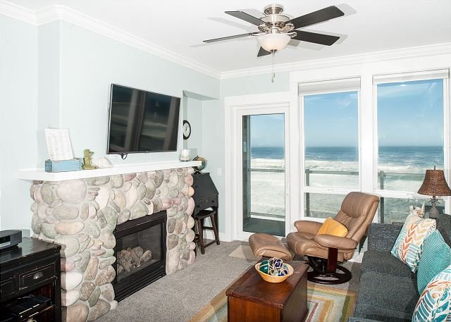 Coastal Dreams - 2nd Floor Oceanfront Condo, Private Hot Tub, Indoor Pool, WiFi!, holiday rental in Lincoln City