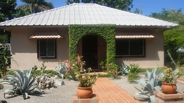 A Distinguished Beach Cottage in Montego Bay, holiday rental in Saint James Parish