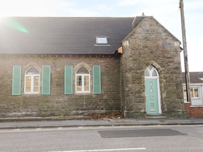 No 1 CHURCH COTTAGES, charming, close to the beach, pet friendly, in Llanelli, casa vacanza a Llannon