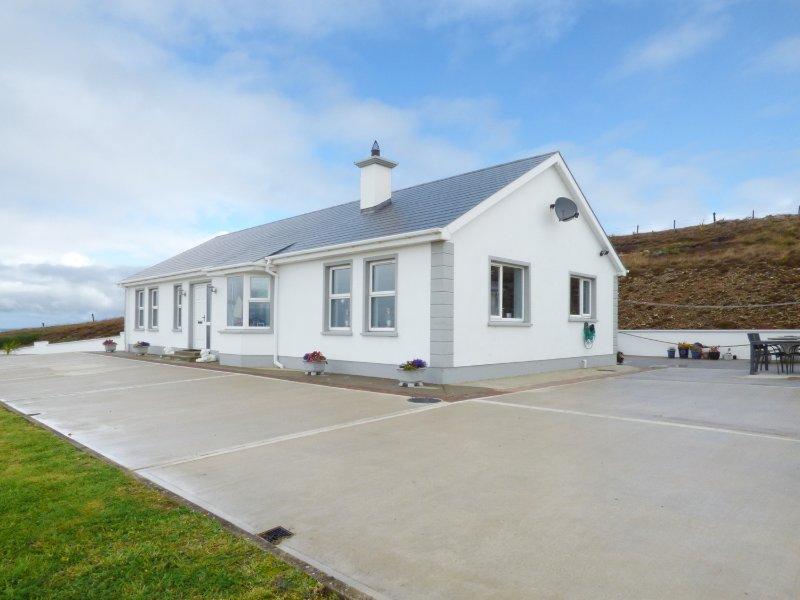 GELMAR'S COASTAL VIEW, open plan, breakfast bar, wood burner, in Ardmalin, Ref, holiday rental in Carndonagh