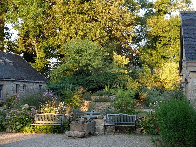 Binnenplaats in de herfst met waterpartij.