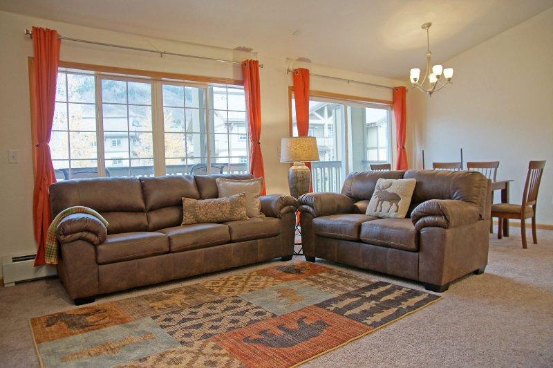 Los muebles de cuero incluyen un sofá cama.