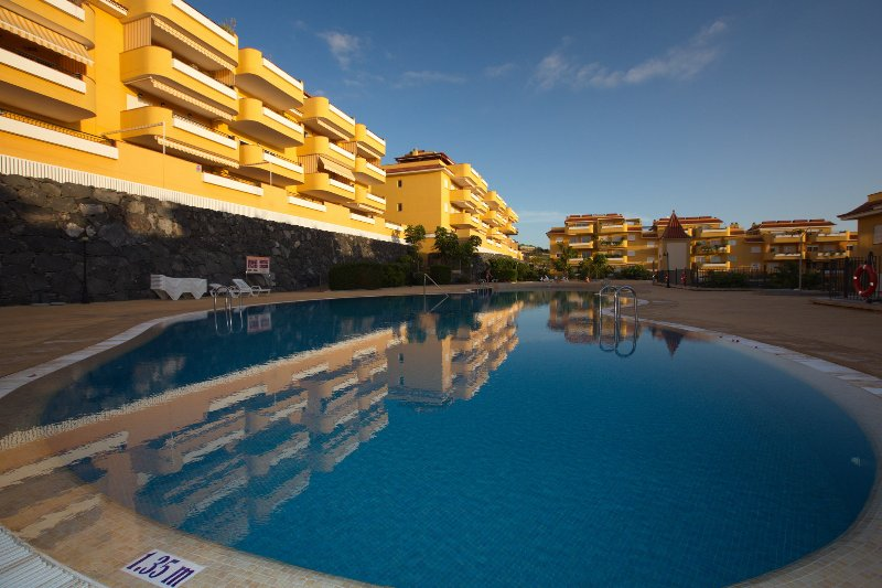 Stunning 2 bedroom apartment with a pool 01076, vacation rental in Los Gigantes