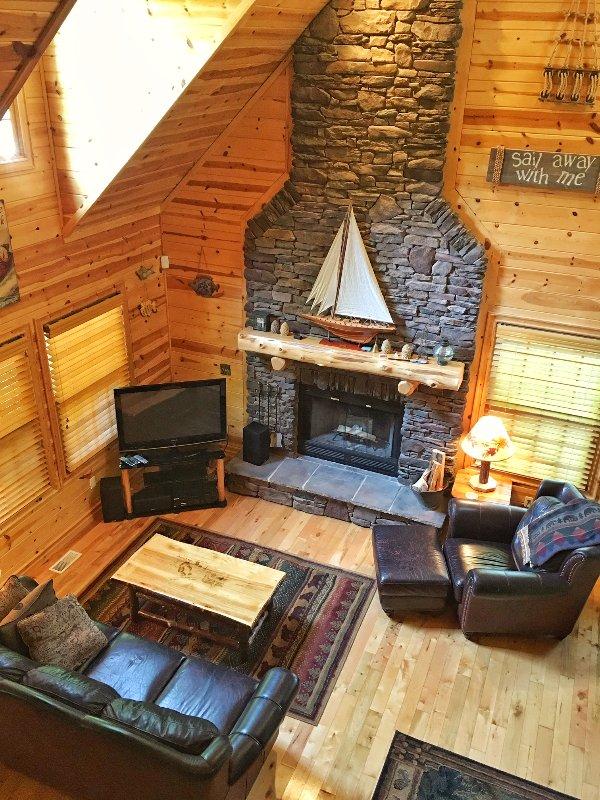Gran habitación con chimenea de leña