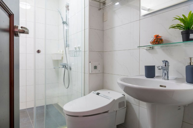 Master bedroom with Japanese toilet 主臥室內的浴室,帶有日式風格