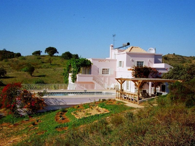 Beautiful villa in 4 acres, with large pool, 7kms from sea, for up to 8 people, vacation rental in Castro Marim