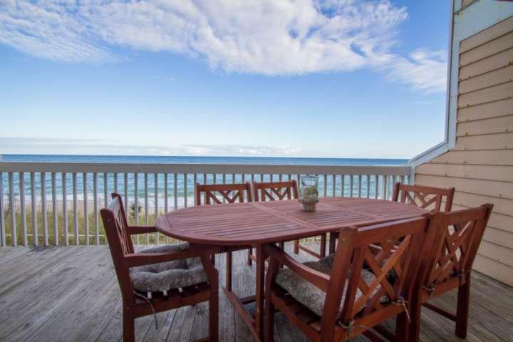 Balcon principal de la salle de séjour ... super endroit pour prendre votre café du matin, le petit déjeuner, le déjeuner ou le dîner ... tout en écoutant le fracas des vagues