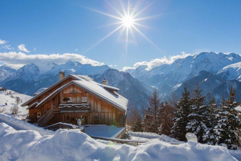 Alpe d'Huez ski - Chalet 8 p, piscine sauna jacuzzi, vue splendide, terrasse Sud, holiday rental in Isere