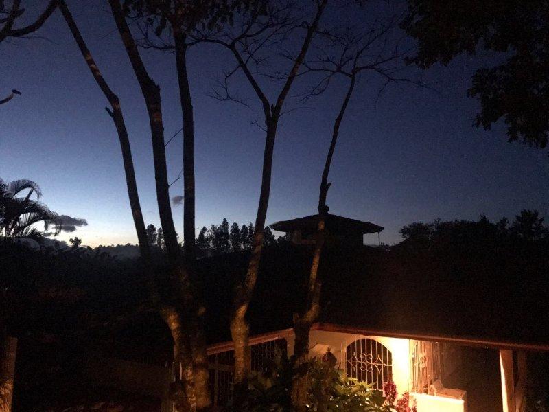 La fachada de la casa al amanecer