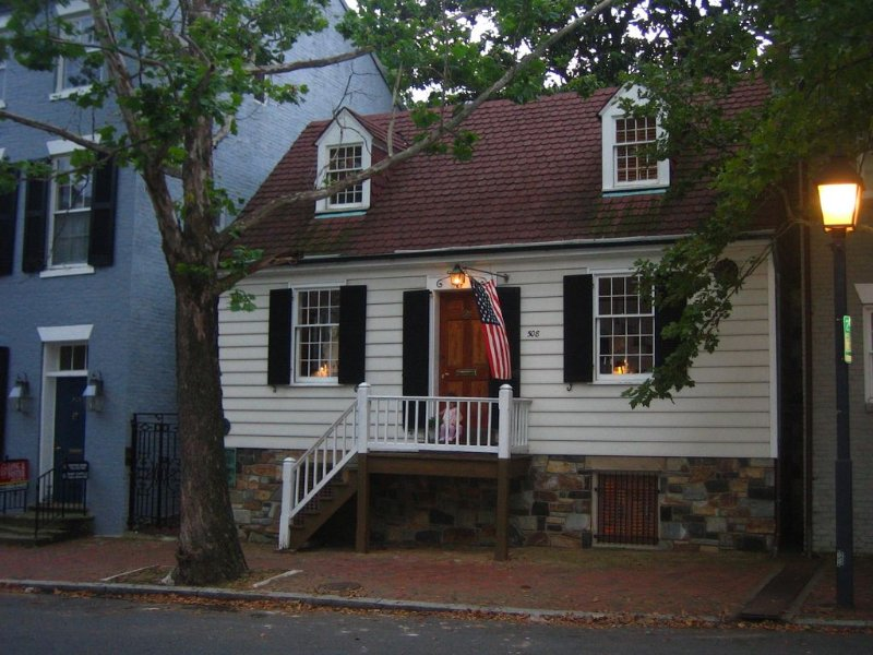 George Washington Townhouse in Old Town Alexandria - Walk to Everything!, alquiler de vacaciones en Alejandría