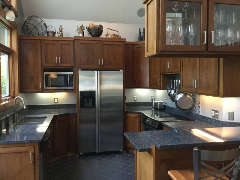 Fully equipped kitchen, stainless appliances, granite countertops