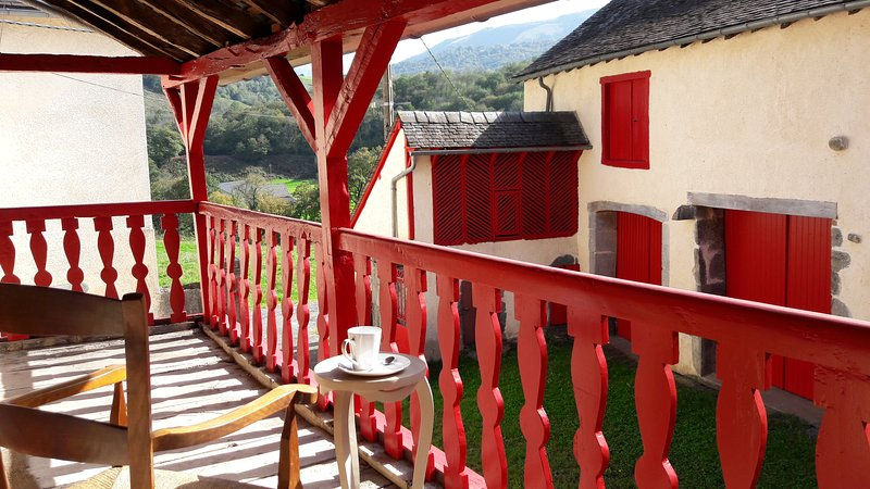 Superbe corps de ferme traditionnel, montagne, vue exceptionnelle, WIFI, poêle, holiday rental in Eysus