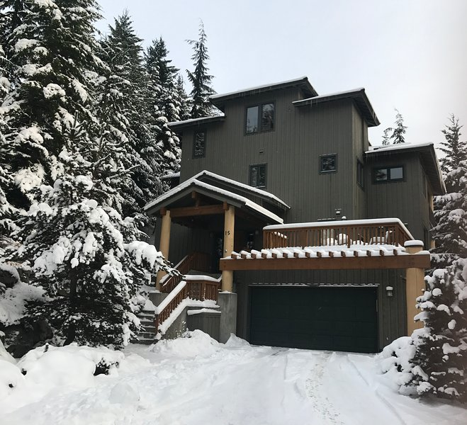 Ski-in/Ski-Out-6BR/6BA Home-Hot Tub-Whistler Home, vacation rental in Whistler