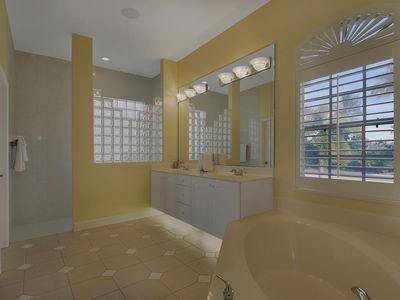 Large New Home with Fantastic Water View & Sunsets, location de vacances à Île de Marco