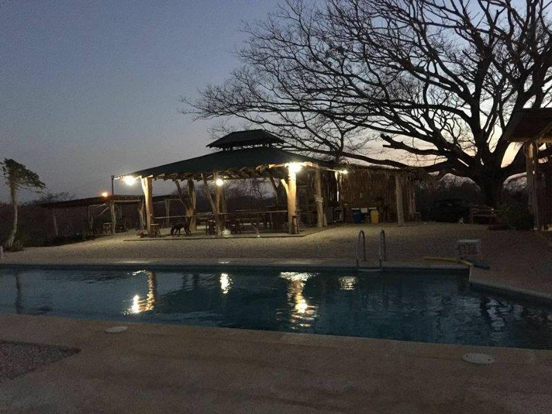 Casa Tucan, con 1000 mt di giardino attorno, piscina grande nell'area comune, alquiler vacacional en Playa Azul