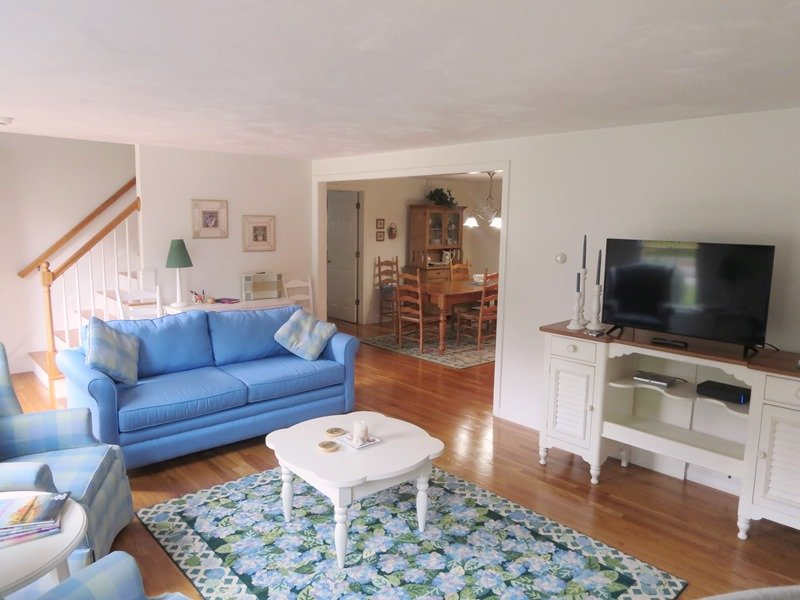 Bekväma sittplatser i vardagsrummet med platt skärm TV- 30 Cockle Cove Road Chatham Cape Cod New England Semesterbostäder